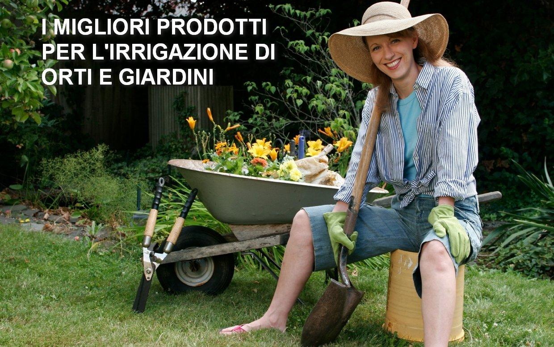 ragazza soddisfatta dei lavori in giardino