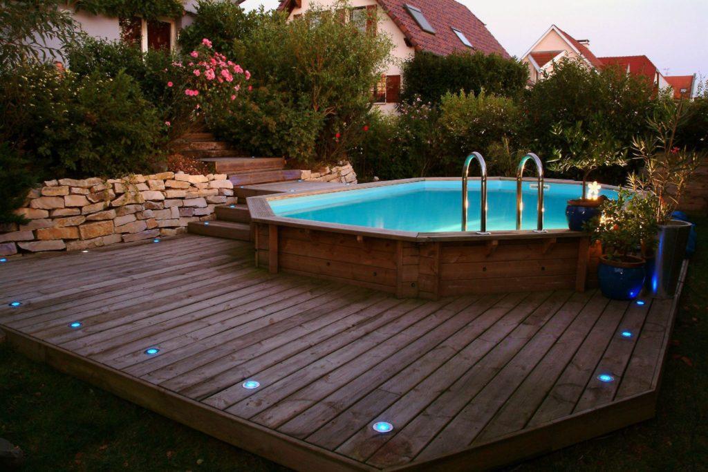 piscina in legno alla sera
